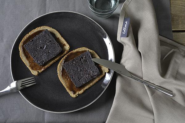 Fotobijschrift: Tafelkleed truffel katoencollectie en servet taupe uit de linnencollectie van Cottona. Servies: privébezit, foto: Mieke Bos