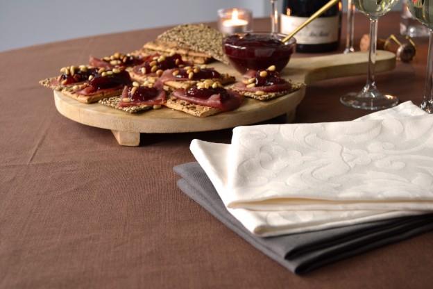 Op de foto: Tafelkleed linnencollectie mokka, servetten damast classic roomwit, linnen truffel. Beelden: Cottona